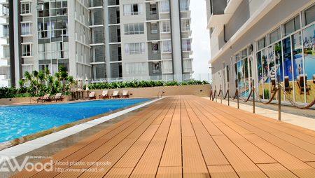 Ấn tượng với sàn gỗ hồ bơi giữa không gian ngoài trời hiện đại